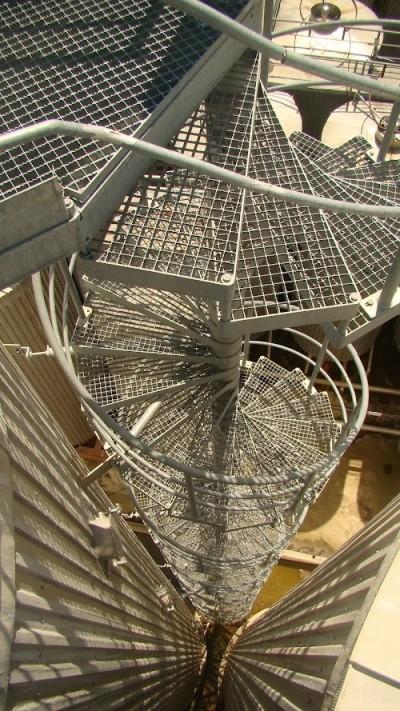 აი, ასეთი მაღალი და დახვეული კიბეები ადის ცეკატეების თავზე